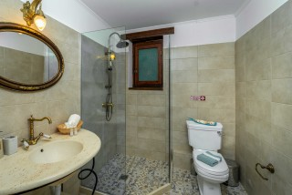villa amit arriva bathroom area