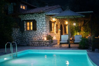 villa mia arriva pool night view